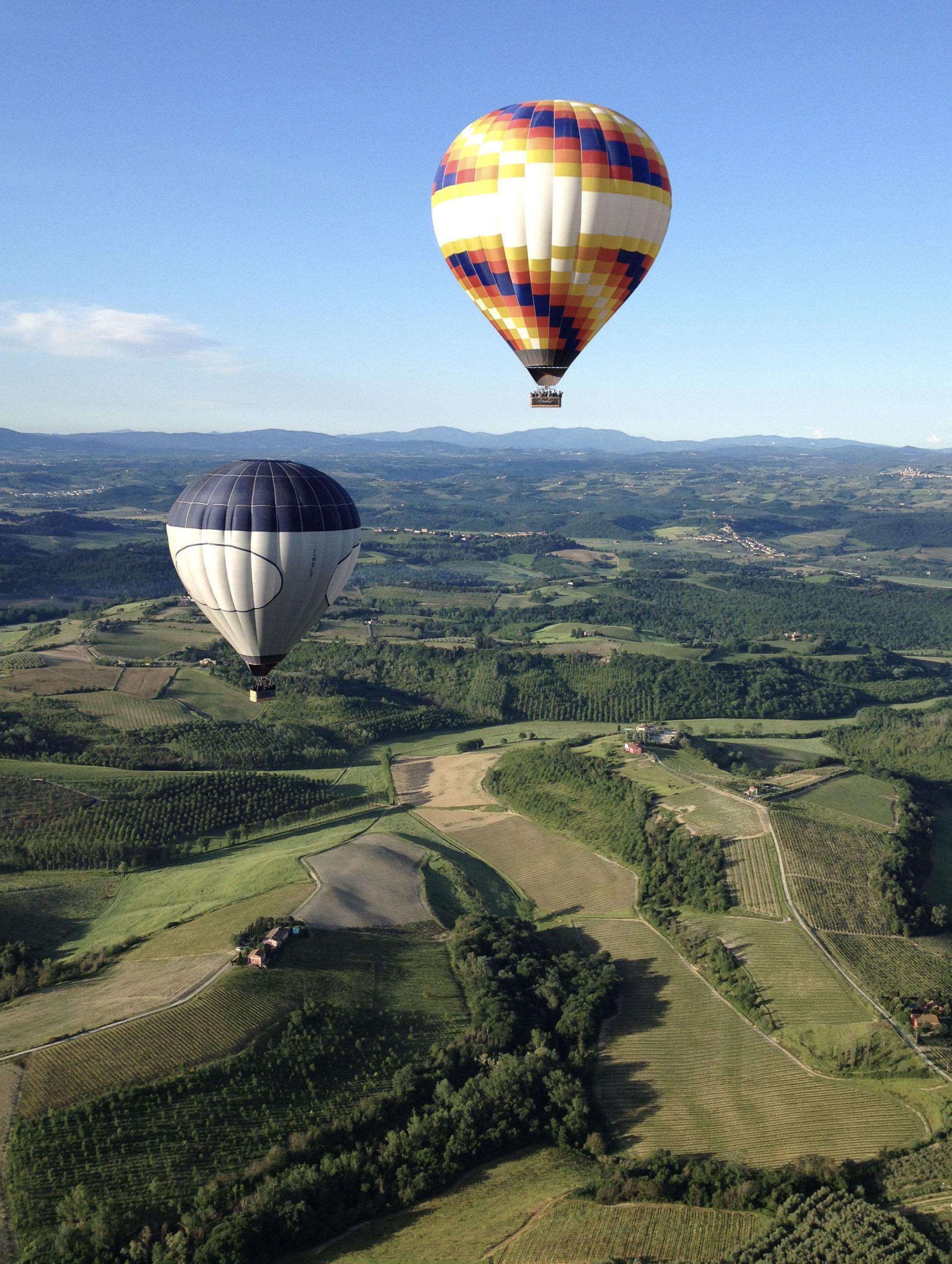 balloon-team-large-group-in-flight